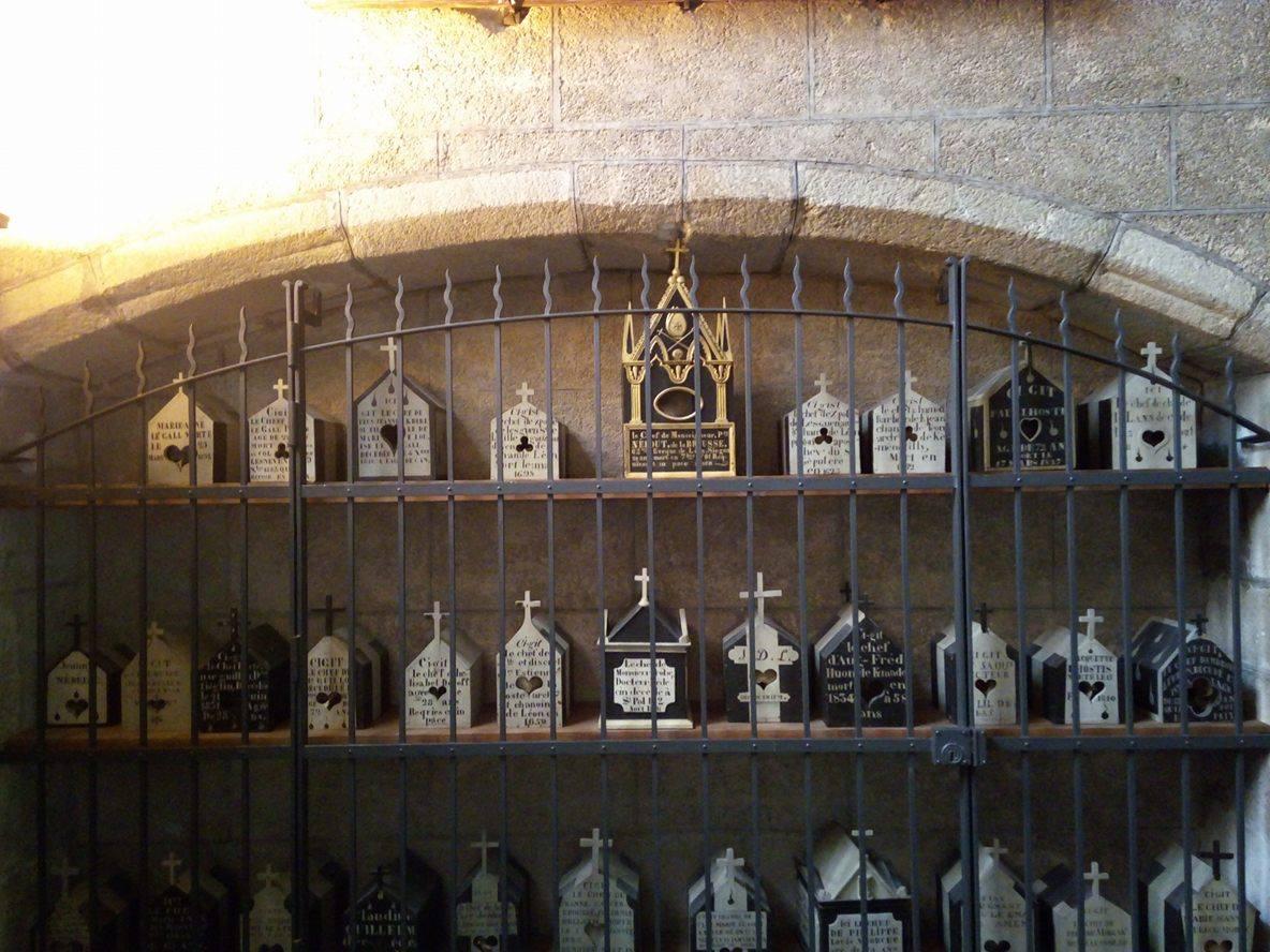 L'étagère où reposent les boîtes à crânes